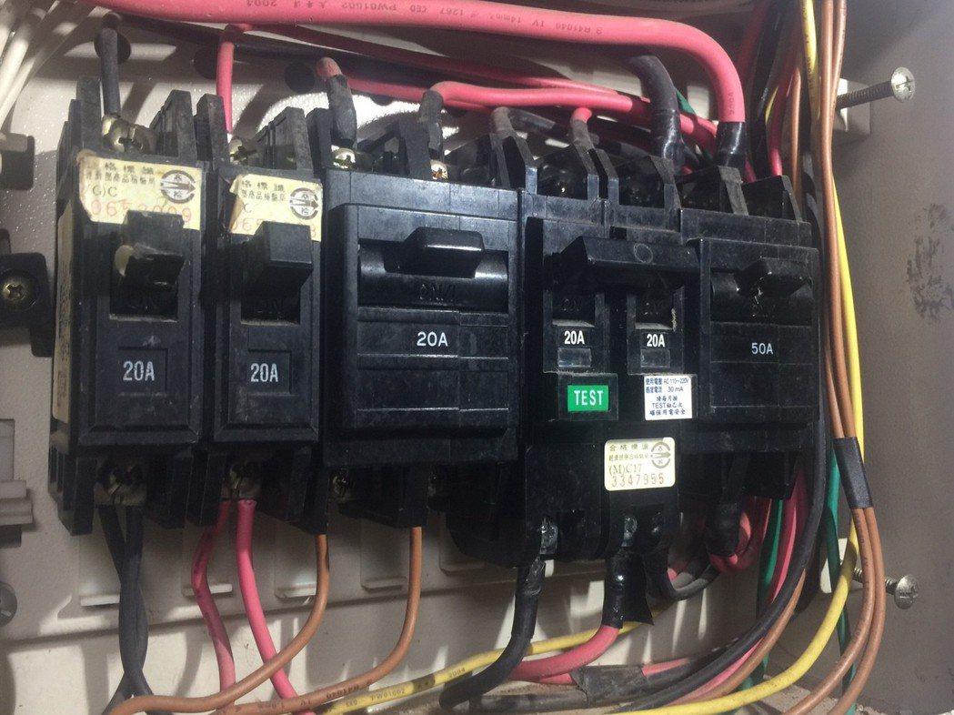 電源總開關的分路開關,設有漏電斷路器(右2),正常使用時,把手向上。 記者郭宣彣...