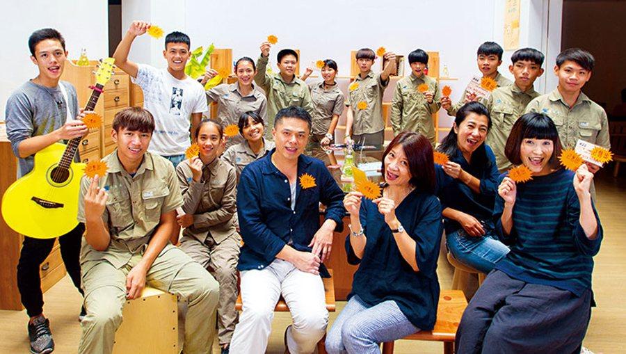 奪2項國際金牌的王嘉納,在空姐王小敏響應下,帶花蓮13名學生投入家具製作。一張張...
