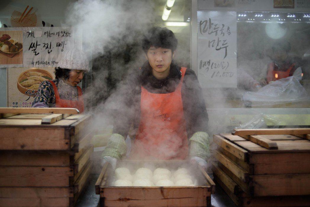 文在寅上任後將南韓基本時薪大幅上調16.4%至7,530韓元(新台幣215元)。...