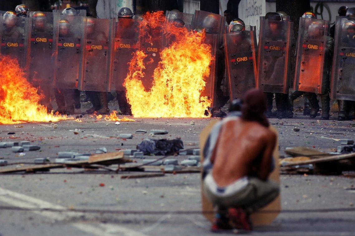 「你們應該離開街頭、放棄鬧事,朝野之間才有可能坐下來妥協談判!」馬杜羅總統強調。...
