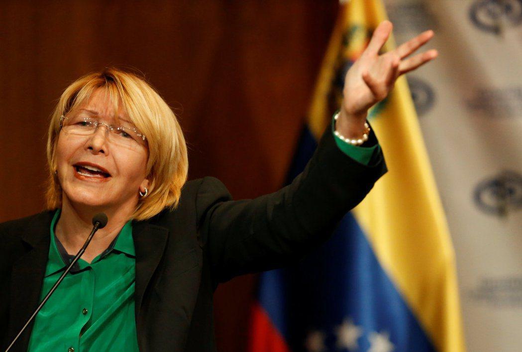 對馬杜羅越趨獨裁作為感到不滿的總檢察長奧蒂嘉,試圖創立一條於親查維茲主義與反馬杜...