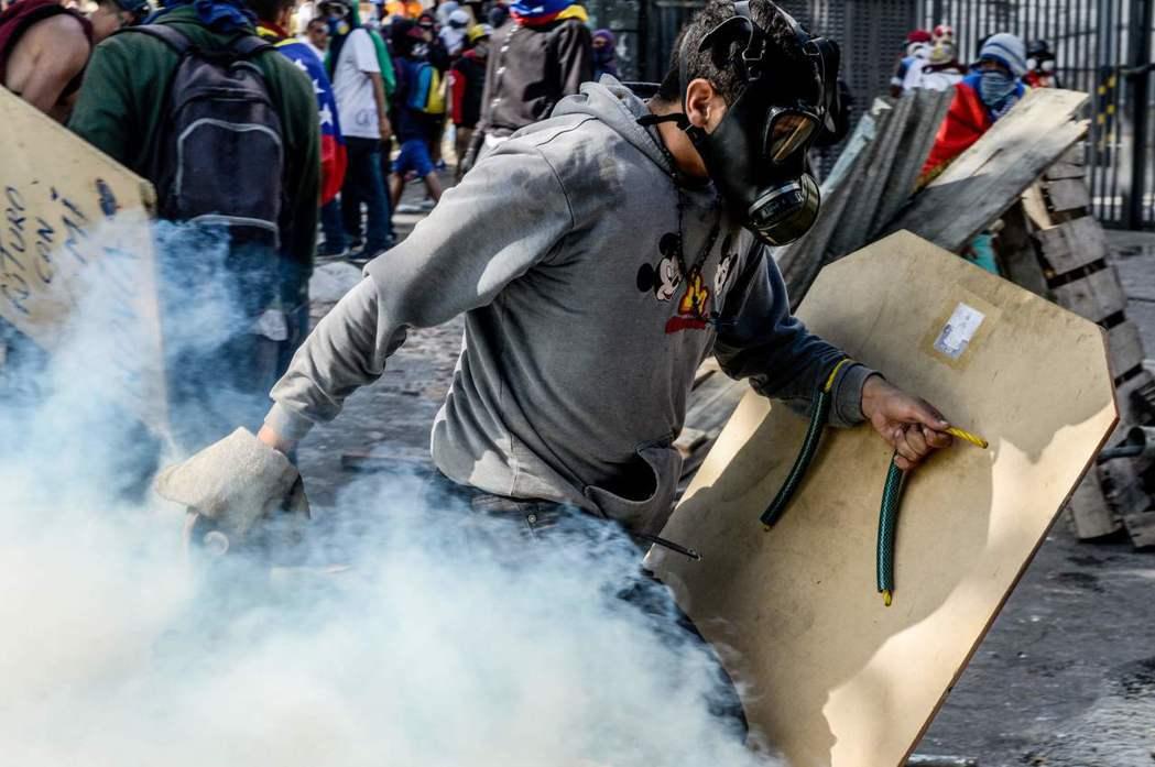 「委內瑞拉正處於一場由政府打壓赤手空拳的人民的內戰。」 圖/法新社