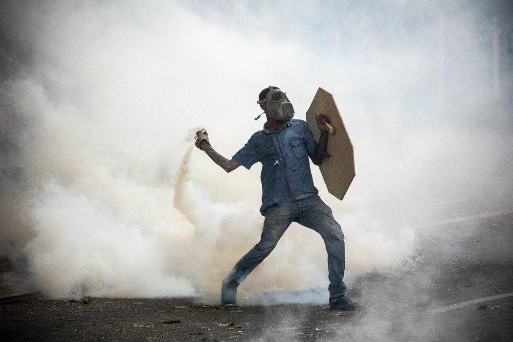 近乎人間煉獄的社會災難,不禁令人懷疑,委內瑞拉會否是下一個被大規模抗爭引爆內戰的...