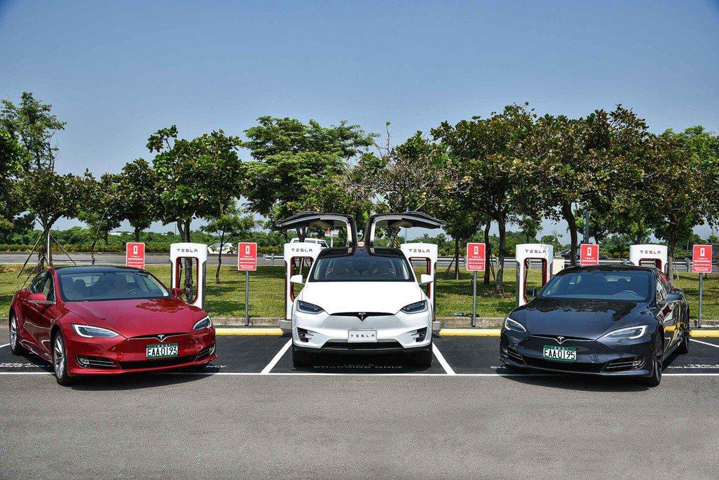 Tesla 超級充電站可在 30 分鐘內便可提供 270 公里的續航電力,足以覆...