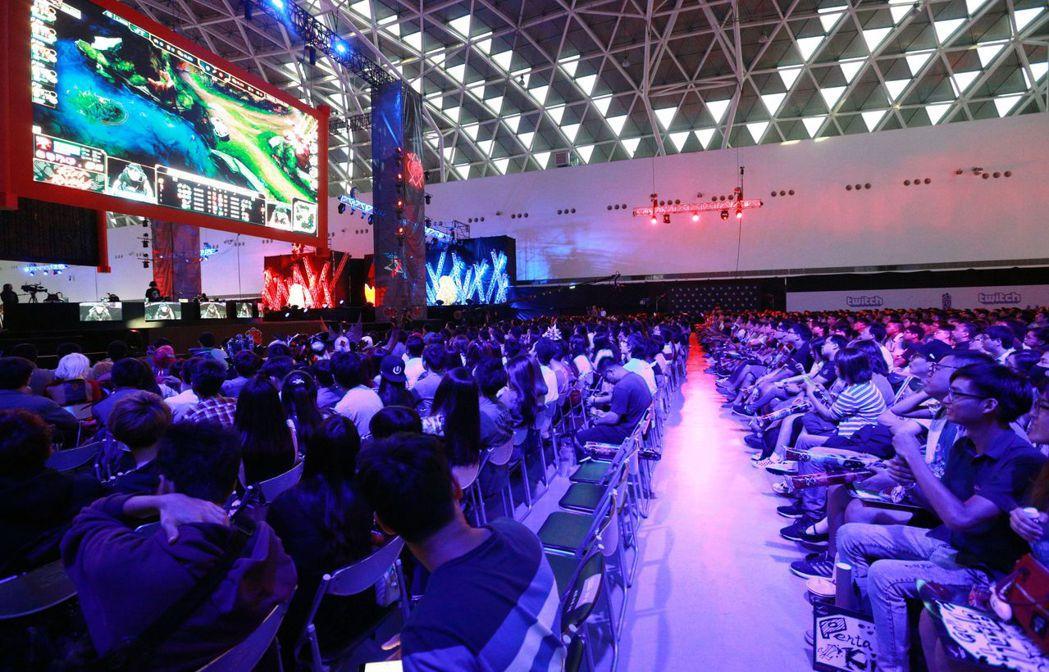 年輕人瘋電競,重要賽事往往吸引大批電競迷到現場觀賽。 報系資料照