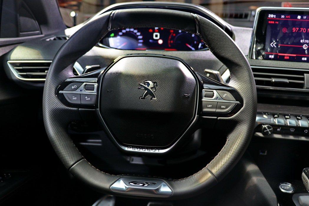 Peugeot 3008 SUV搭配相當好用的小盤徑方向盤。 記者陳威任/攝影