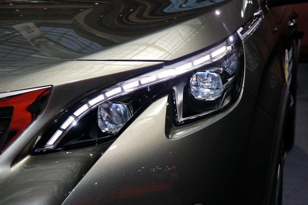 Peugeot 3008頭燈及日行燈相當有科技感。 記者陳威任/攝影