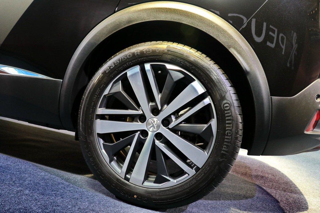 Peugeot 3008擁有更加外擴的輪拱和19吋輪圈。 記者陳威任/攝影