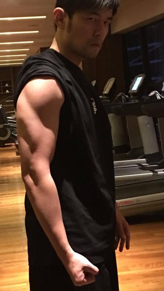 28日周杰倫在臉書曝光自己的肌肉照片,並呼籲網友別再說他胖。 圖/擷自臉書。