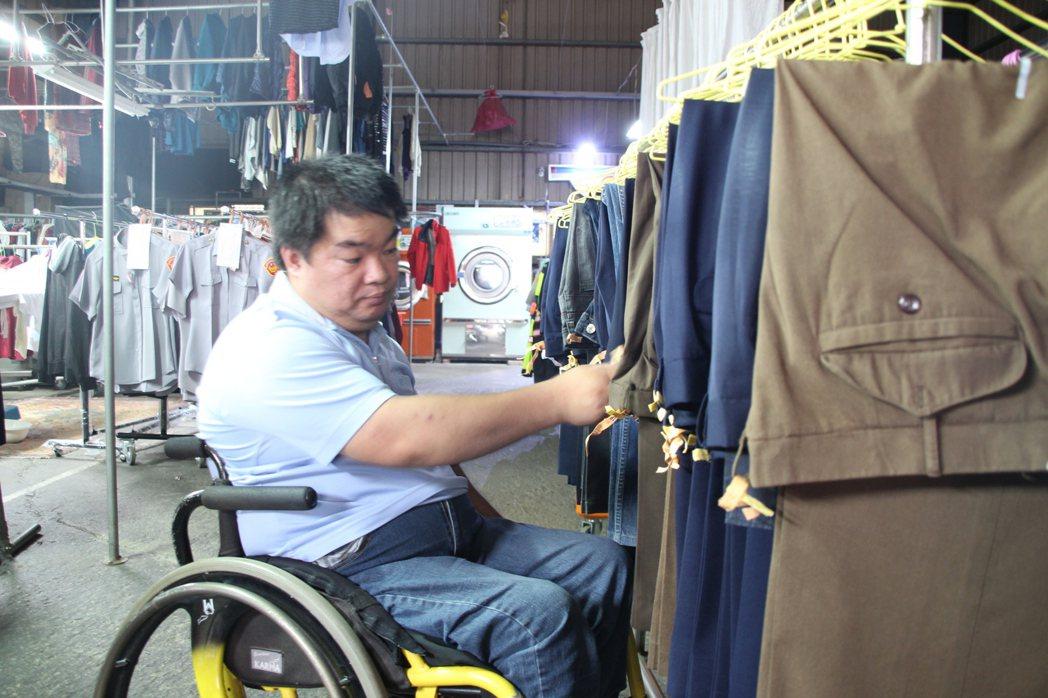 亮羽洗衣事業大掌櫃葉佳杰,仔細盤點每一件待洗衣服編號。 記者許政榆/攝影