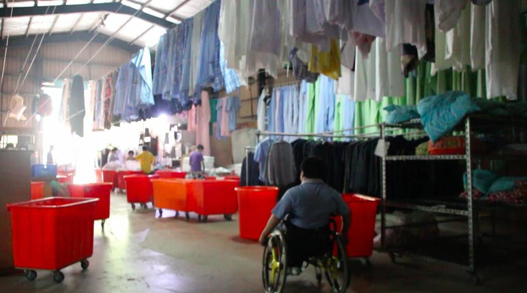 亮羽洗衣事業大掌櫃葉佳杰,儘管下身癱瘓,但不放棄任何工作機會。 記者許政榆/攝影