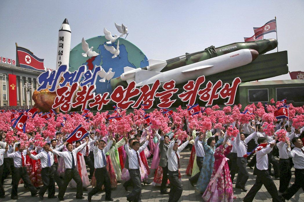 北韓不顧國際眼光,持續發展核子與飛彈計畫。圖為今年4月15日金日成冥誕閱兵儀式,...