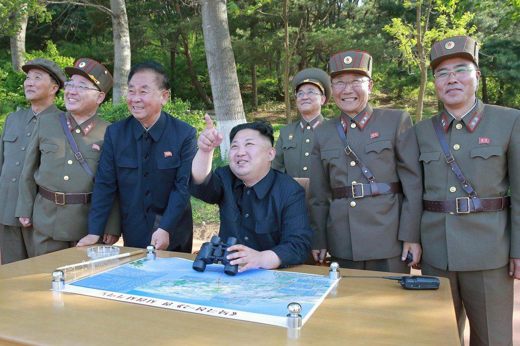 今年5月,北韓官方朝中社發布的照片顯示,北韓領導人金正恩(中坐者)現場視察中程彈...