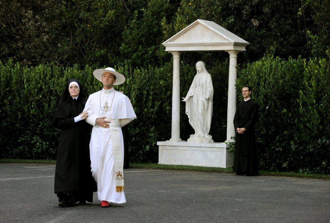 裘德洛與黛安基頓在「年輕教宗」的精采演出都未獲艾美獎青睞。圖/摘自imdb