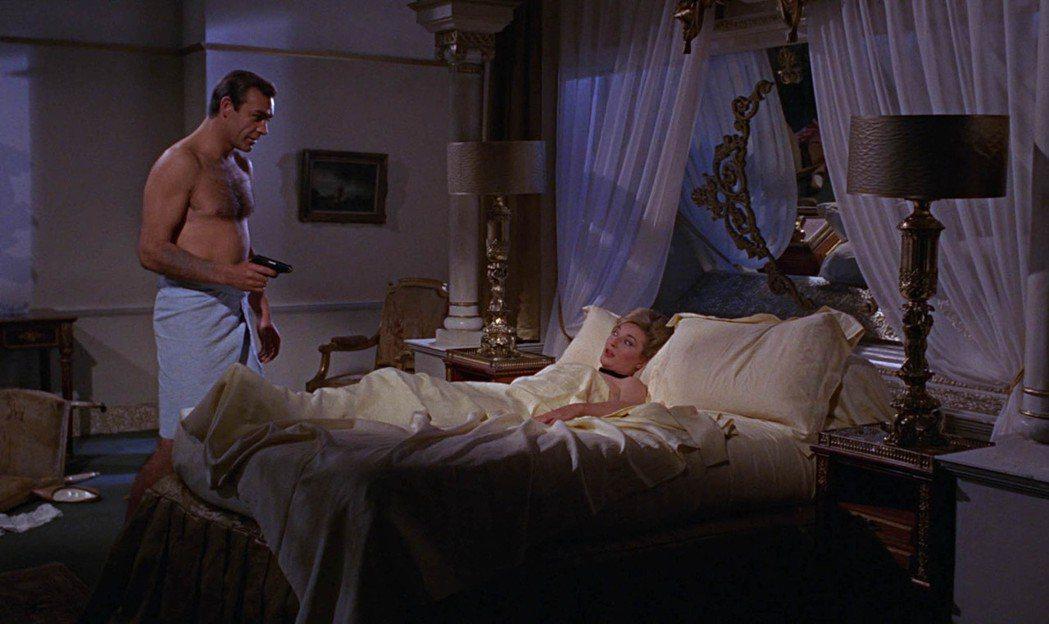 龐德和躺在床上的美女調情是007系列極重要的一場戲。圖/達志影像