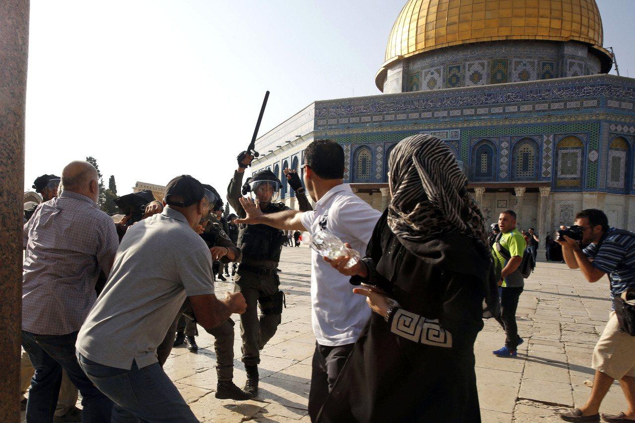 以色列安全部隊驅趕耶路撒冷阿克薩清真寺外的穆斯林,衝突不斷。美聯社