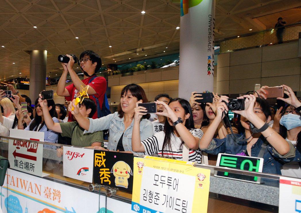 韓星潔西卡上午抵達桃園機場,潔西卡穿著白色仔褲與白色無袖上衣現身,入境大廳的粉絲...