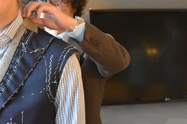 Pecora Ginza創辦人佐藤英明師傅為消費者提供半成品試穿調整。圖/OAK...