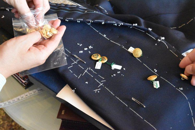 提供多樣化的布料及鈕扣選擇,也是Pecora Ginza的服務,而創辦人佐藤英明...