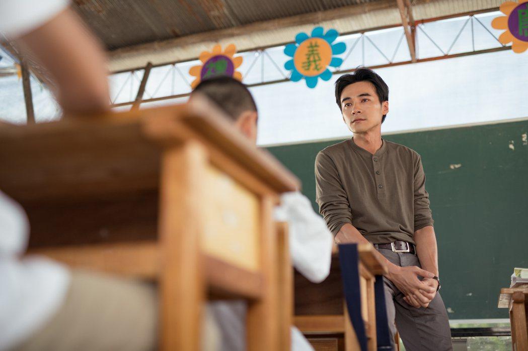 是元介在新片「老師你會不會回來」飾演知名教師王政忠。圖/牽猴子提供
