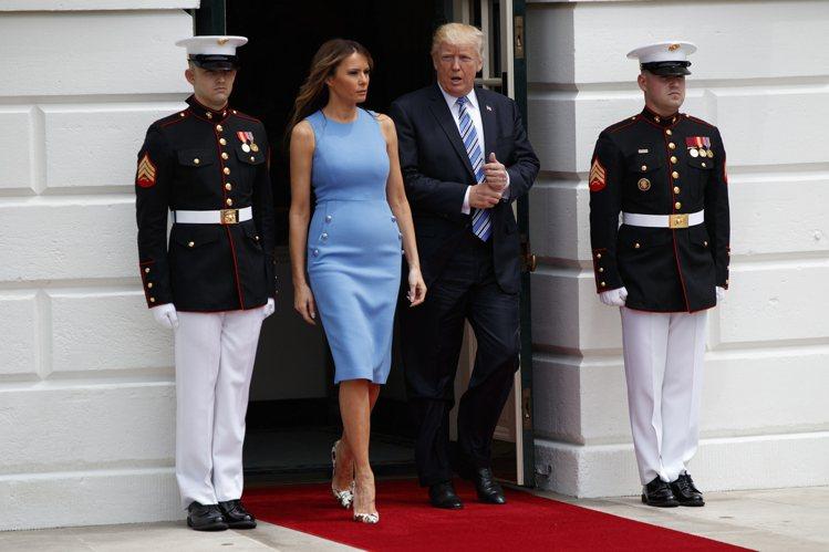 美國第一夫人梅蘭妮亞穿出MICHAEL KORS洋裝的俐落大方。(美聯社)