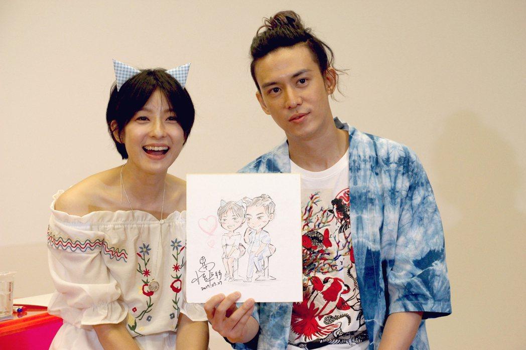 賴雅妍、陳楚河合體,秀出小羅絲為2人畫的Q版「杜琵CP」。圖/三立提供