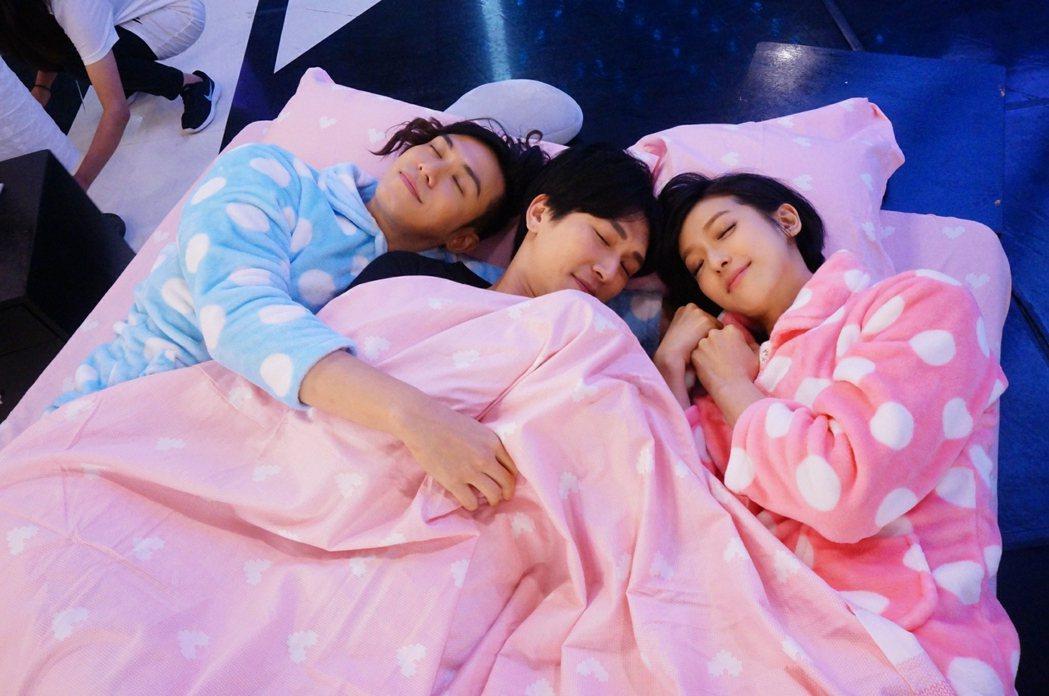 陳楚河、賴雅妍穿可愛睡衣同床,邵翔(中)也來湊熱鬧。圖/三立提供