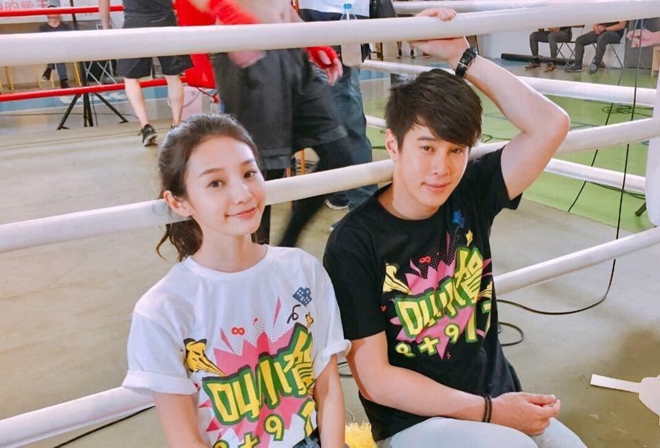王顗婷(左)、吳東諺拍「我的老師叫小賀」。圖/民視提供