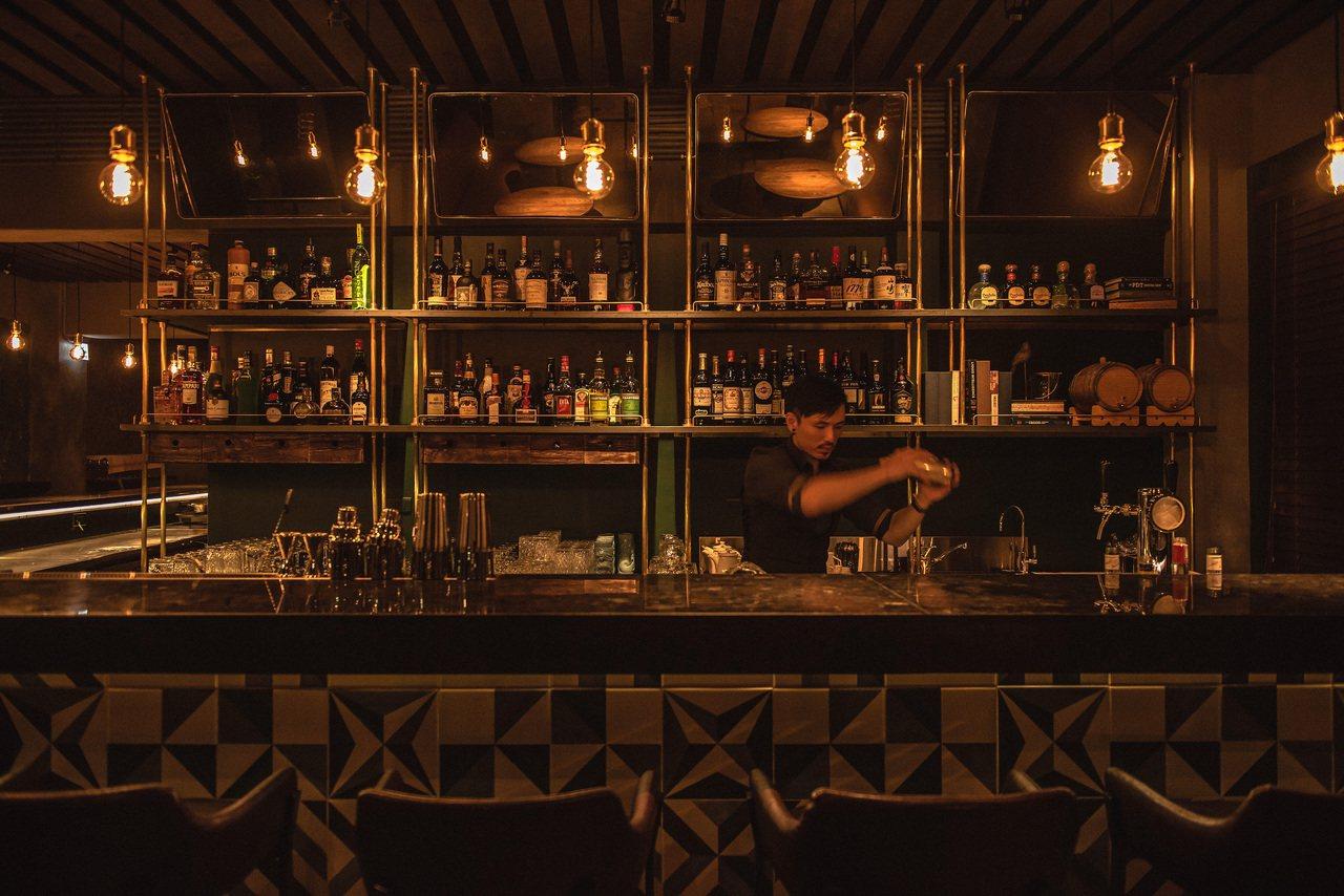 LONGTAIL酒吧以西班牙花磚裝飾,充滿殖民地風格。 圖/LONGTAIL提供