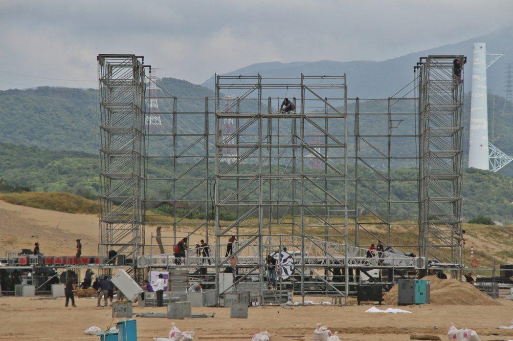 受到尼莎颱風影響,工作人員提前拆除福隆海水浴場的主舞台。 記者曾健祐/翻攝