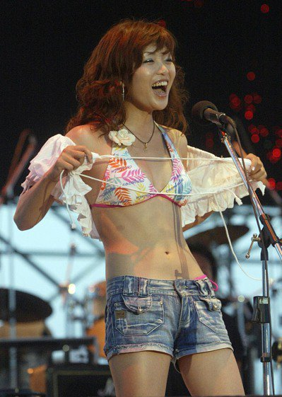 36段迴旋踢樂團團員在2006海祭,應觀眾要求脫衣展示比基尼。 報系資料照