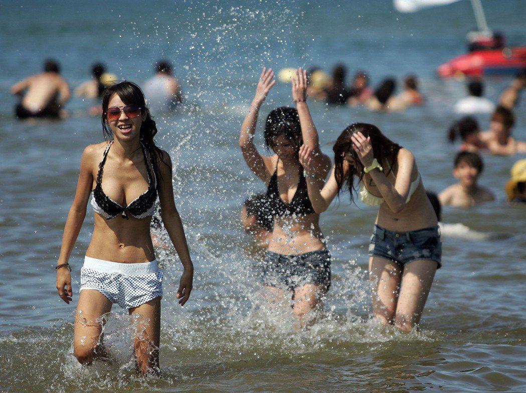 2013貢寮國際海洋音樂祭首度擴大至5天,吸引大批遊客聽歌踏浪。 圖/新北市觀旅...