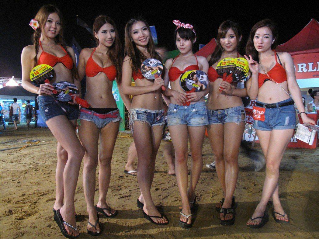 2014貢寮海祭有許多打扮清涼的女性,新北市警局還針對更衣室及淋浴間進行反偷拍偵...