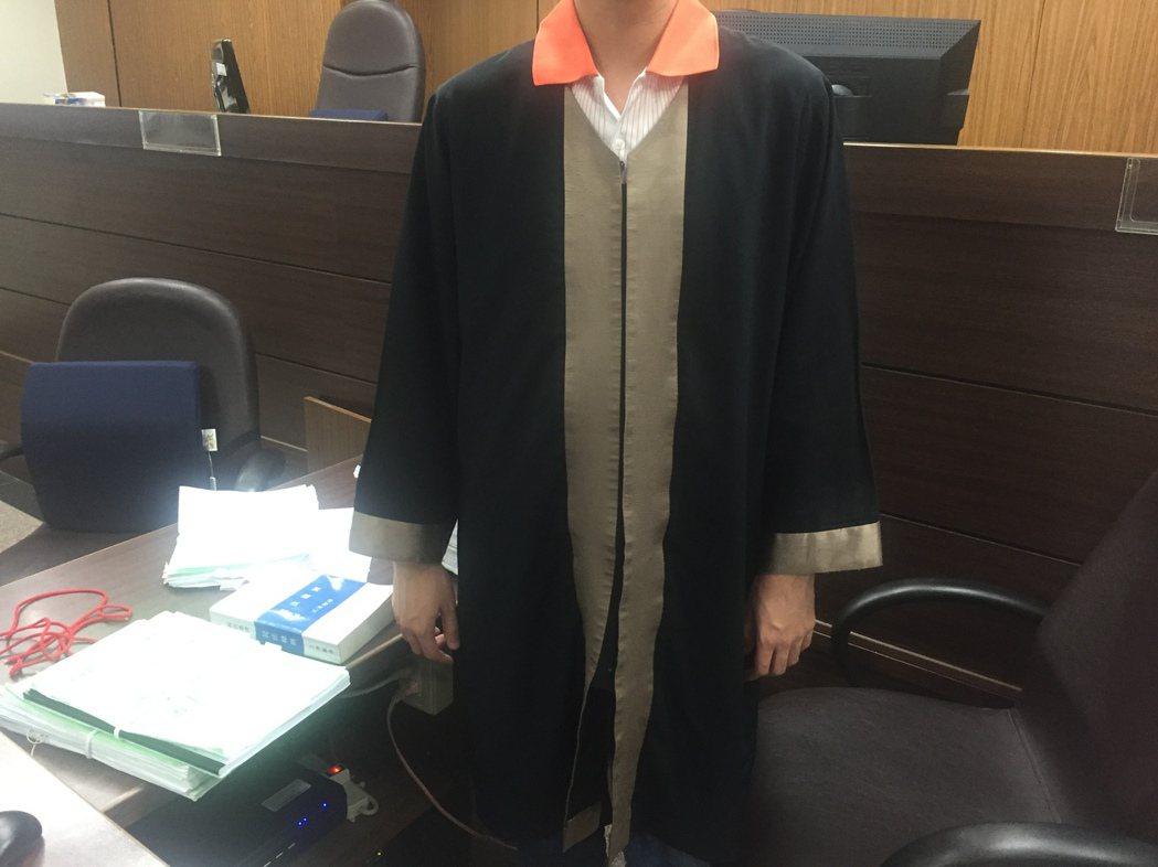 北院有制式通譯袍,且規定開庭時必須穿露領衣服。 記者賴佩璇/攝影