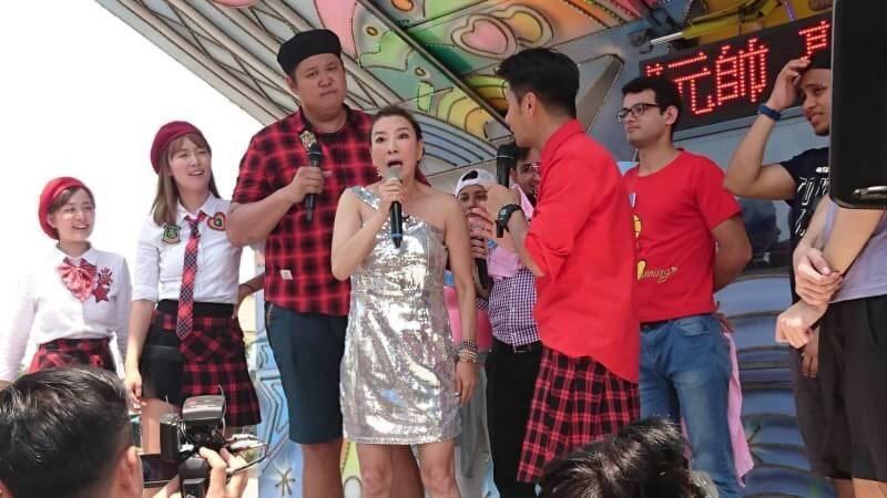 楊繡惠亂入野台,當場唱起愛情恰恰。圖/中天電視台提供