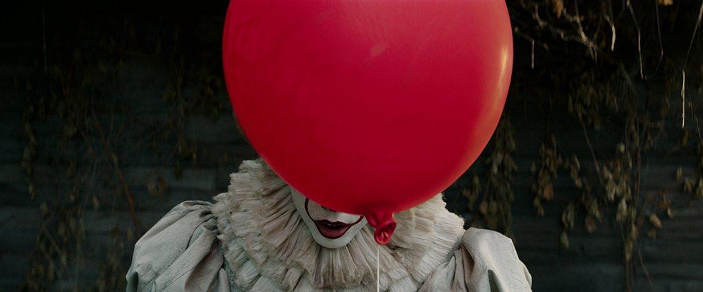 「牠」將再度讓史蒂芬金筆下最邪惡的恐怖小丑重回大銀幕。圖/華納兄弟提供