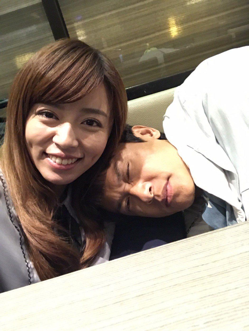 王瞳颱風天仍趕拍「幸福來了」,王建復竟看似睡倒在她懷裡。圖/民視提供