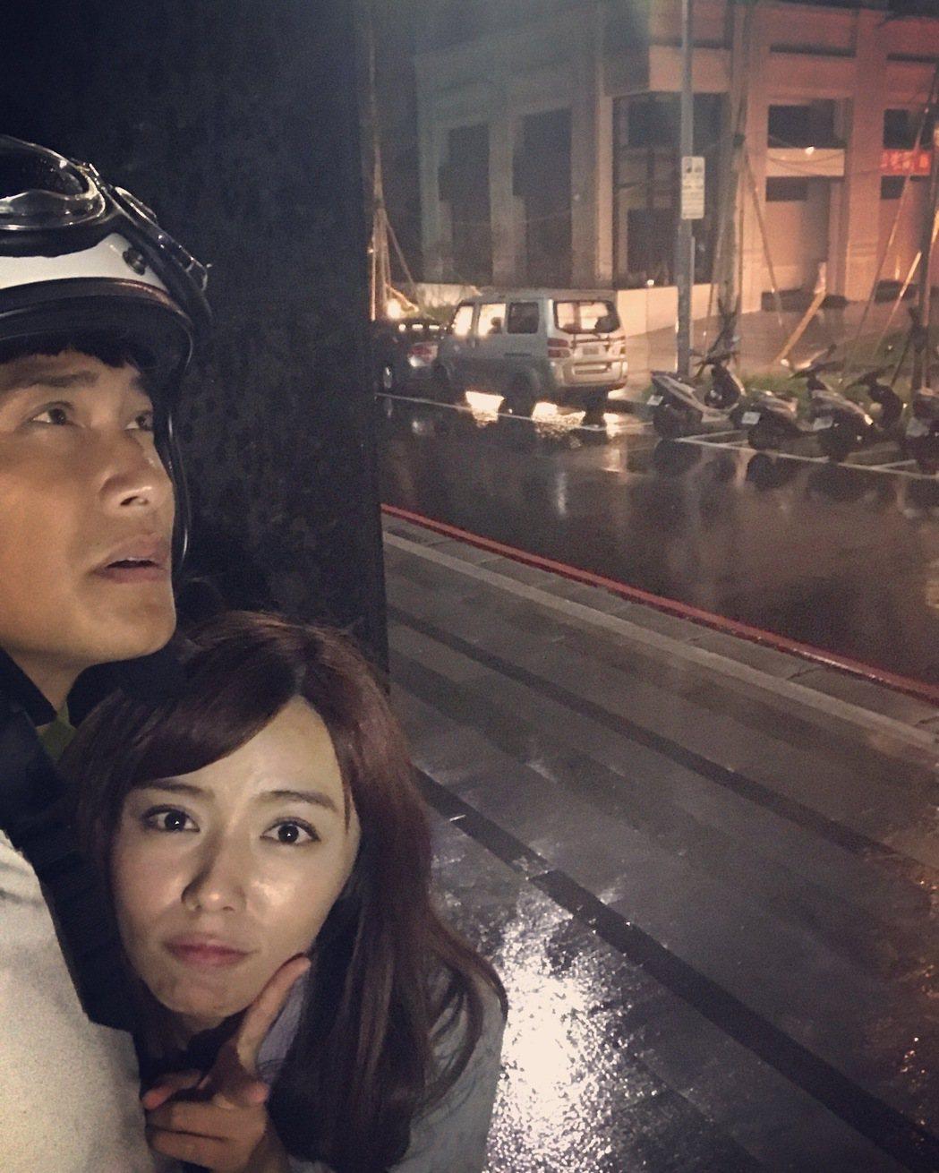 王瞳、王建復颱風天仍趕拍「幸福來了」。圖/民視提供