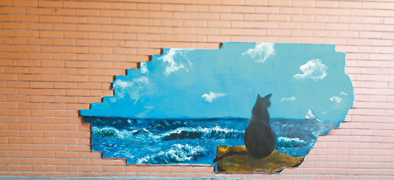廊道盡頭的二丁掛磚因熱脹冷縮陸續剝落,幸賴學生的巧思,讓不整的壁面得以改頭換面,...