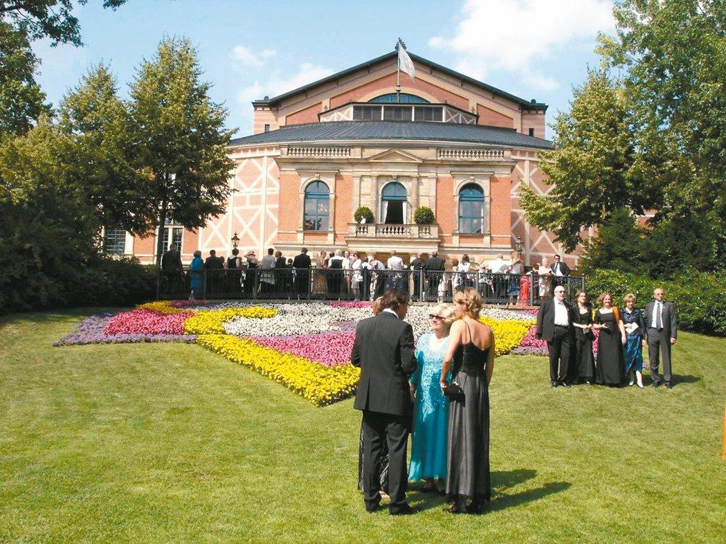 今日拜羅伊特的盛裝觀眾,等待下午四點的開幕。 楊世彭˙圖片提供