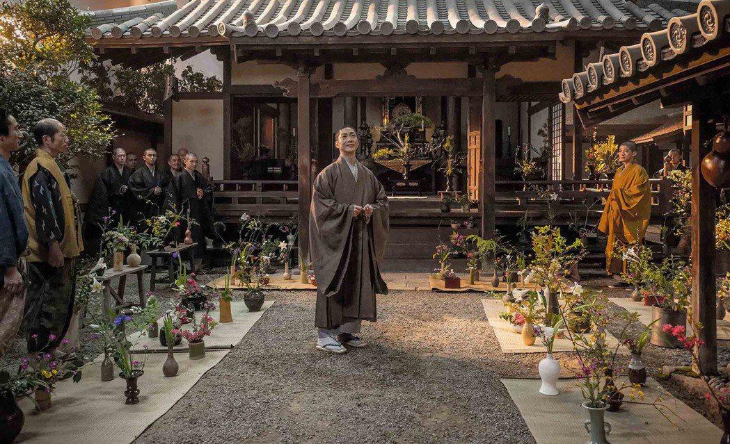 電影「花戰」描述以花藝征服織田信長、豐臣秀吉的日本花藝家池坊專好的故事。他生性浪