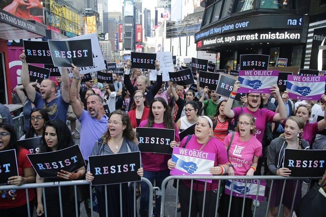 支持跨性別者的民眾在紐約時報廣場集會抗議。 (美聯社)