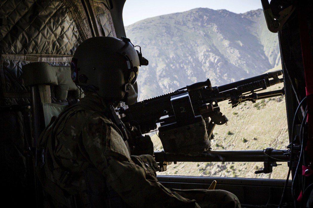 美國陸軍一名直升機機工長2017年6月掃視底下的阿富汗地區。 (美聯社)