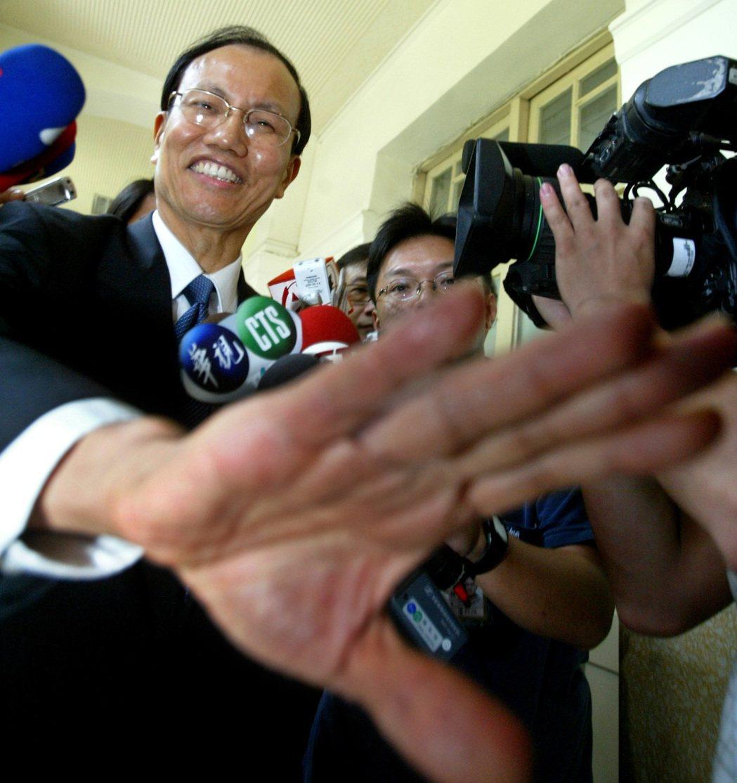 2009年,行政院秘書長薛香川成為首位因颱風坐鎮爭議下台的官員。 圖/報系資料照...