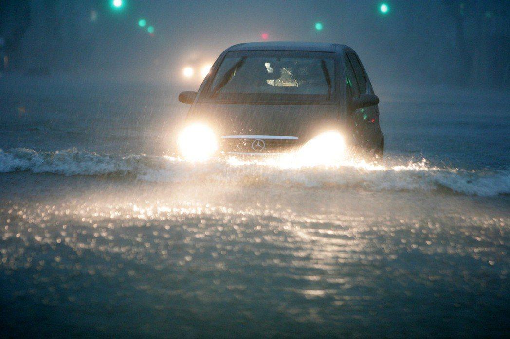 2010年,凡那比颱風襲台,造成南部大淹水,開車好像在開船。 圖/報系資料照片