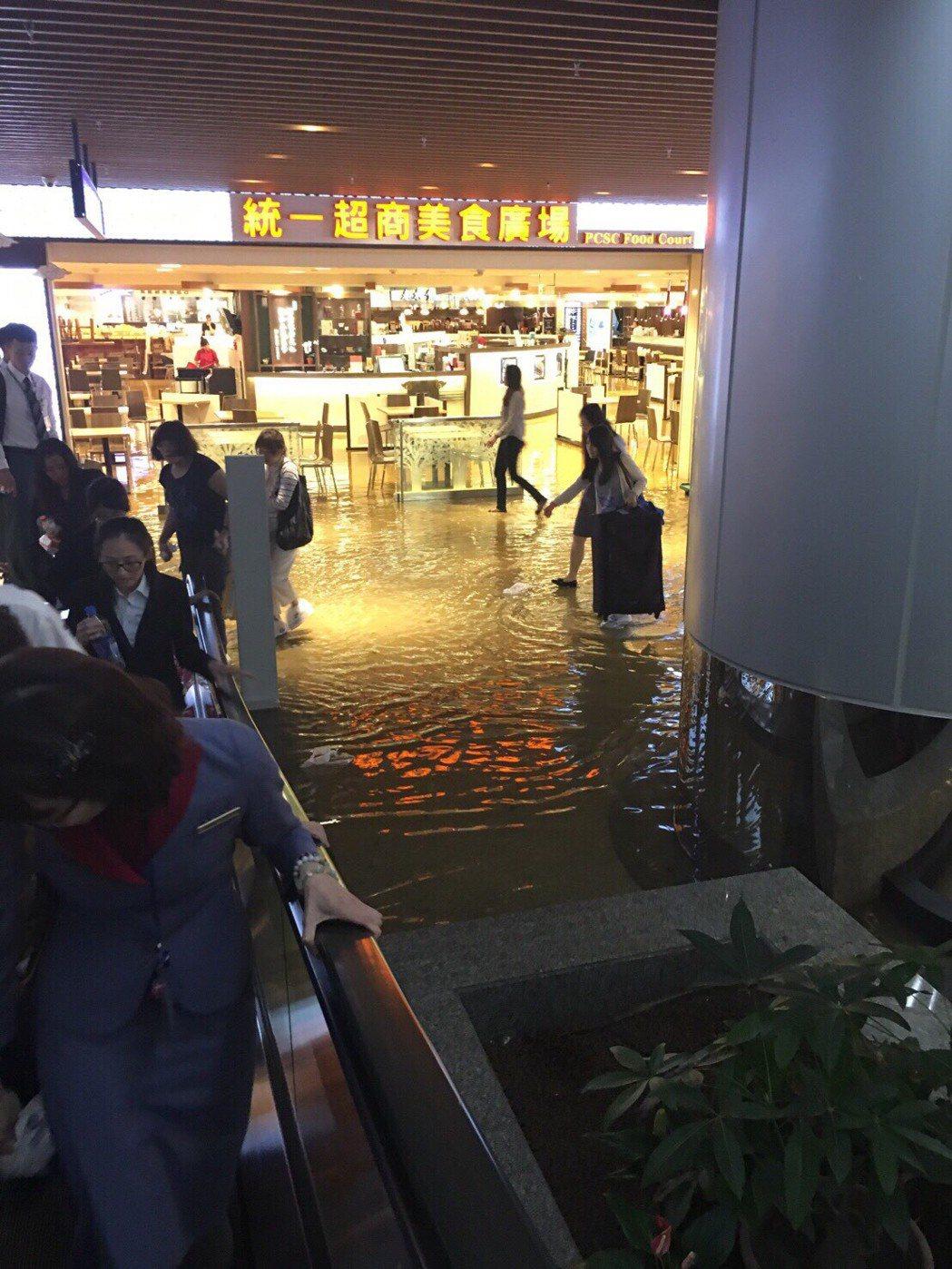 2016年,大雨導致桃園機場淹水,第一航廈B1美食街走道被一層積水淹過,旅客拖著...