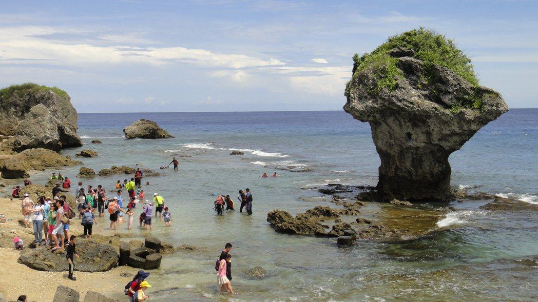 屏東小琉球近年來成為觀光勝地,但島上也因此面臨過度開發的問題。 記者蔣繼平/攝影