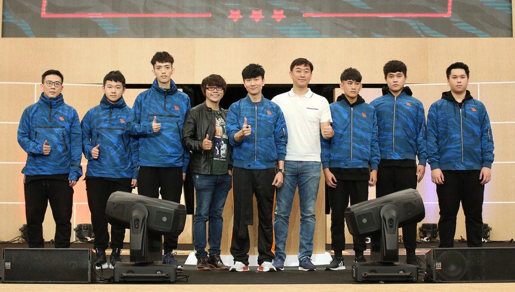 林俊傑(中)成立SMG電競戰隊。記者陳立凱/攝影