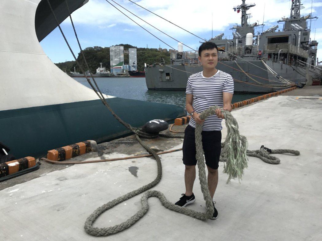 斷掉的纜繩比人的手臂還粗,仍不敵強風。記者吳淑君/攝影