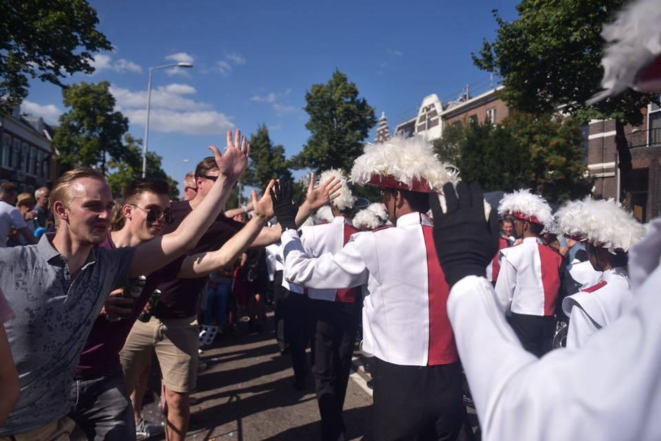 建中樂旗聯隊參加當地知名奈梅亨徒步節。圖/建中家長後援會提供